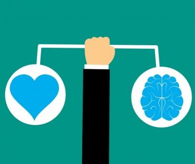 Emocionalna inteligencija ili EQ, je sposobnost da razumemo i kontrolišemo sopstvene emocije, i emocije ljudi oko nas. Ljudi sa visokim stepenom emocionalne inteligencije znaju šta osećaju, šta njihove emocije znače, i kako te emocije mogu uticati na drugog.